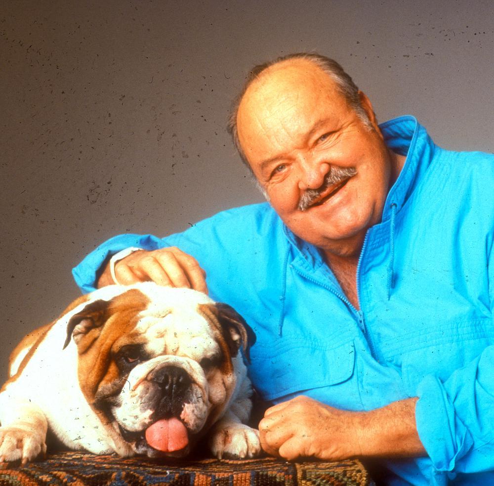 Obraz zawierający pies, osoba, mężczyzna, trzymający Opis wygenerowany automatycznie