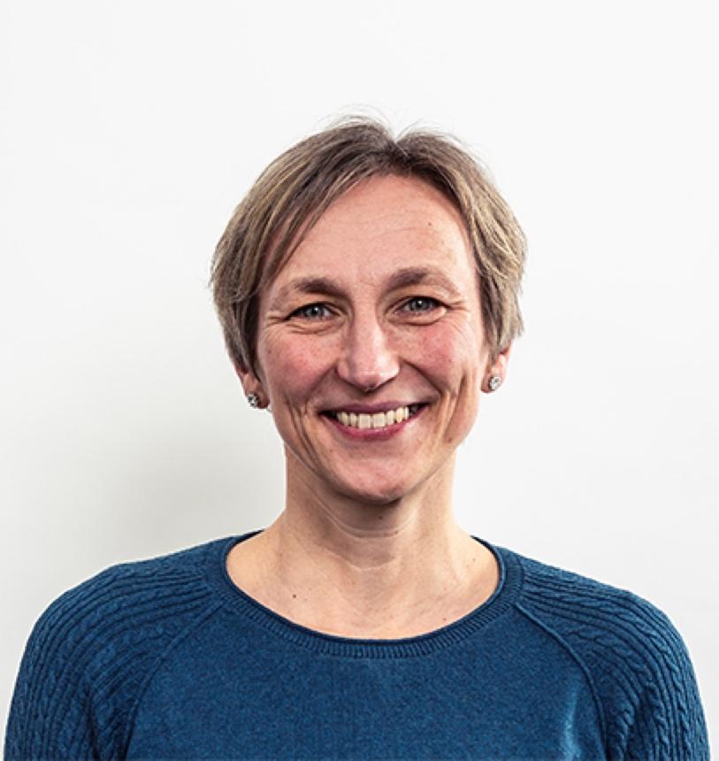 Obraz zawierający osoba, trzymający, uśmiech, pozujący Opis wygenerowany automatycznie